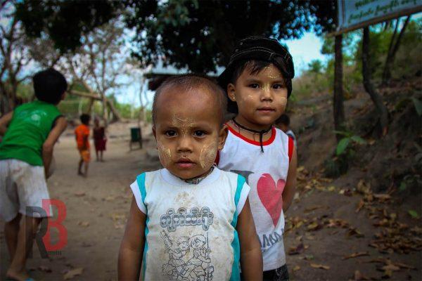 myanmar Kyaiktiyo kids on the path